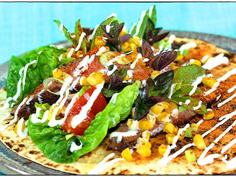 Tortilla med oksekød, salat, majs, mynte, tomatsalsa med avokado og cremefraiche